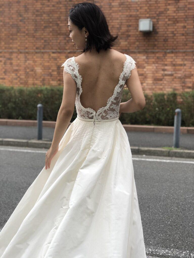 レースづかいが美しいリームアクラのレンタルウェディングドレスは大人可愛く着こなして