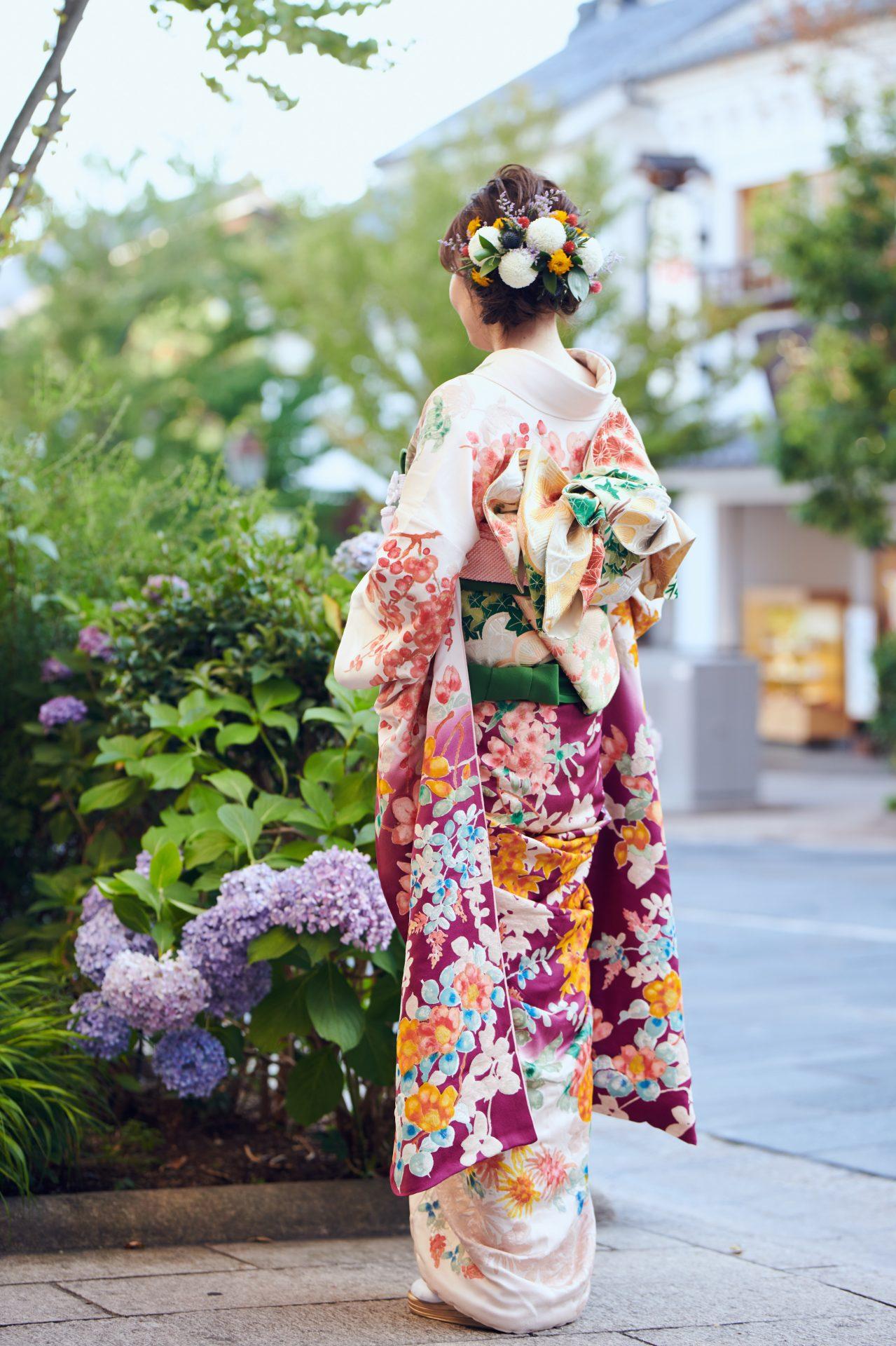 四季折々の花々が描かれた和装が、善光寺のお膝元藤屋御本陳に美しく映えます。