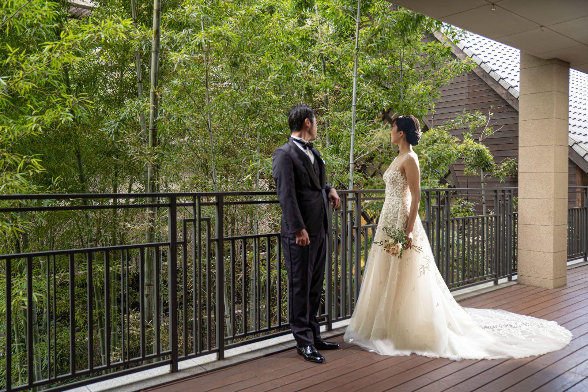 プレ花嫁様におすすめしたいフォーチュンガーデン京都の披露宴会場に隣接するテラスにて前撮りを楽しまれる新郎新婦様