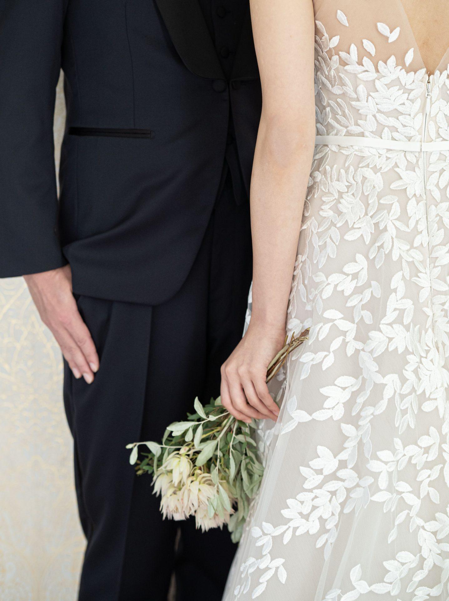 京都エリアでご結婚式をお考えの花嫁様にご紹介したい緑と白のナチュラルなブーケが映えリーフの刺繍が存在感を放つザ・トリート・ドレッシングフォーチュンガーデン京都店にてお取り扱いのあるウェディングドレス