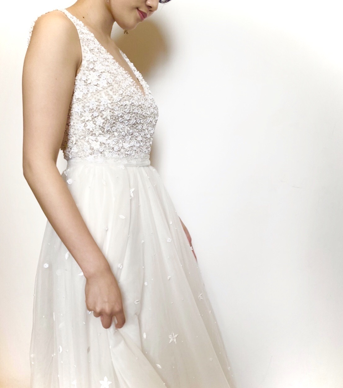 フォーチュンガーデン京都でお式を挙げられる花嫁にご紹介したい上品なパールの装飾があしらわれたチュール素材のAラインのウェディングドレス