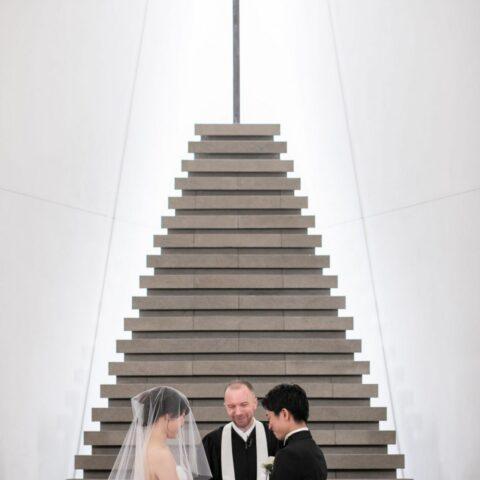アンダーズ東京のチャペルで映えるシンプルかつモダンなウェディングドレスはTHE TREAT DRESSINGにてご紹介しております