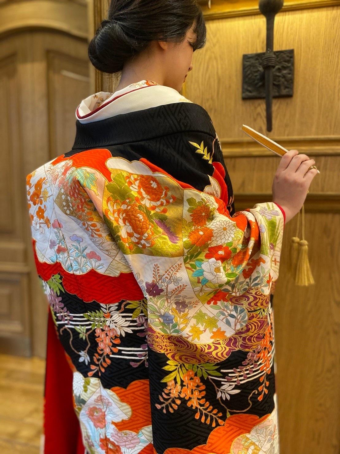 木目調の会場や、モダンなテイストがお好みの花嫁様におすすめの、和装のコーディネート