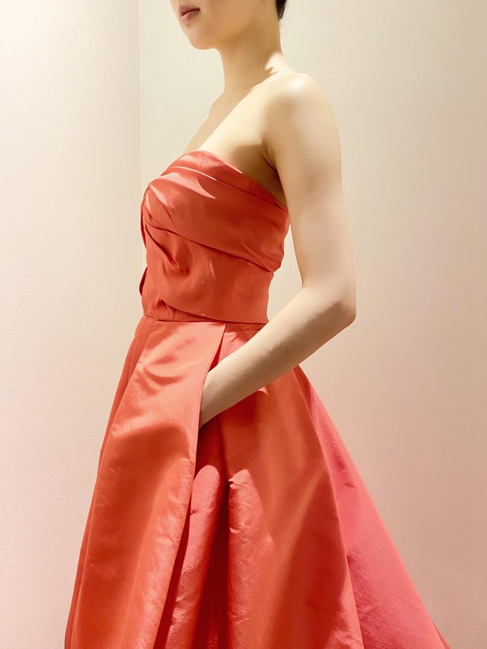 AMSALEのタフタの素材を使用したコーラルオレンジが鮮やかなインポートのカラードレス