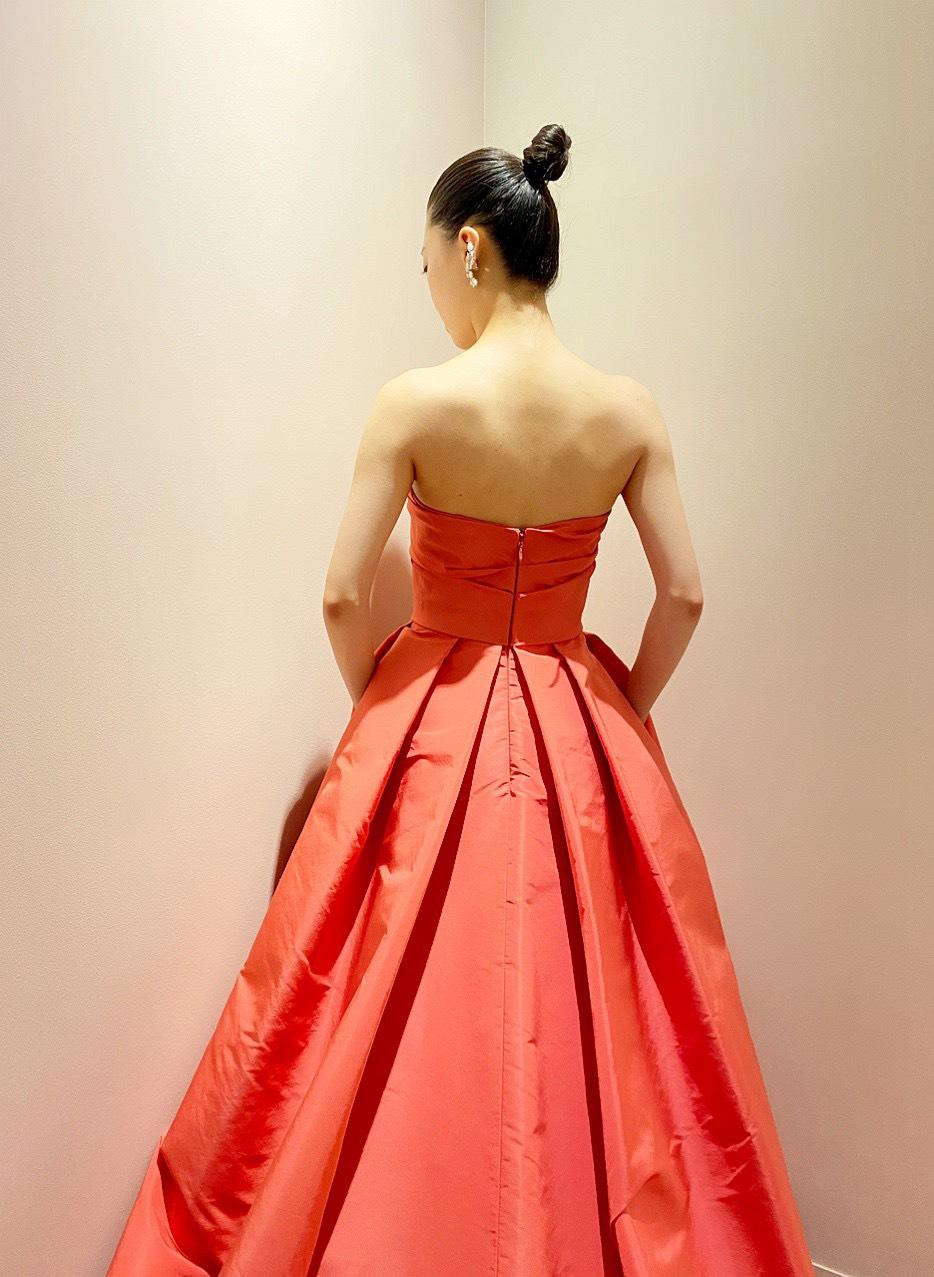 ザ・トリート・ドレッシング京都店のバックスタイルのタックが美しいモニークルイリエのビビットカラーのカラードレス