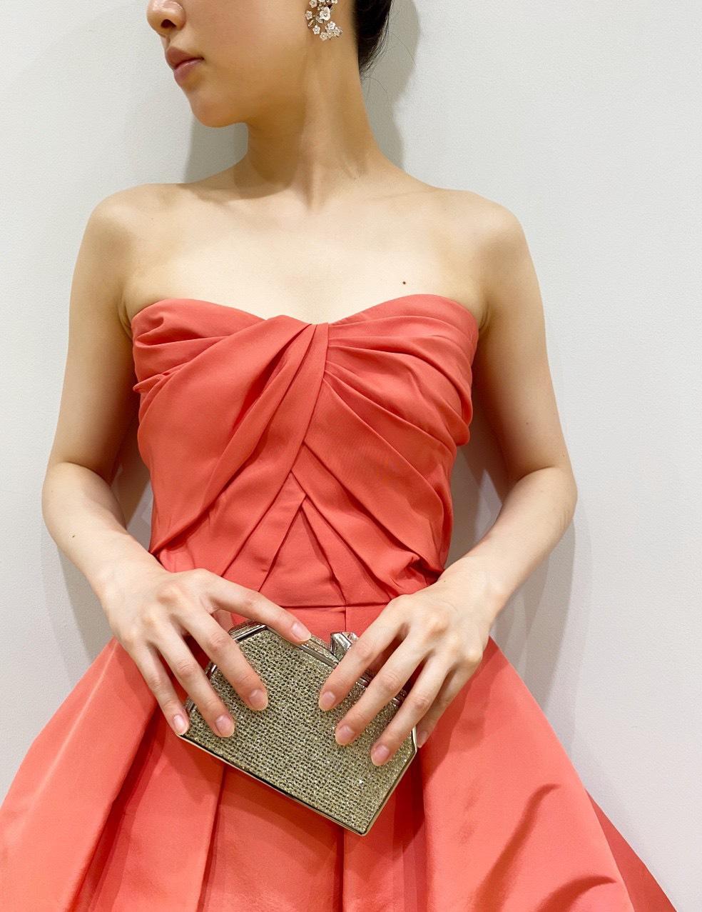ザ・トリート・ドレッシング京都店のデコルテラインを美しく見せる胸元のギャザーが特徴的なモニーク・ルイリエのカラードレス