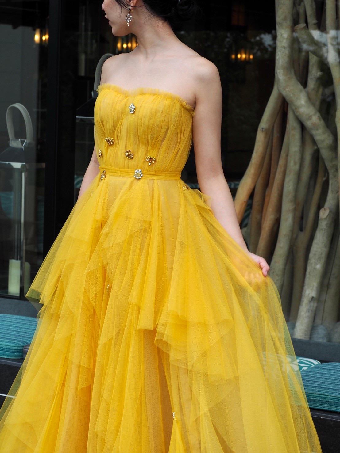 ザ・トリート・ドレッシング神戸店がおすすめする大ぶりなビジューが施されたリーム・アクラの新作カラードレスのご紹介