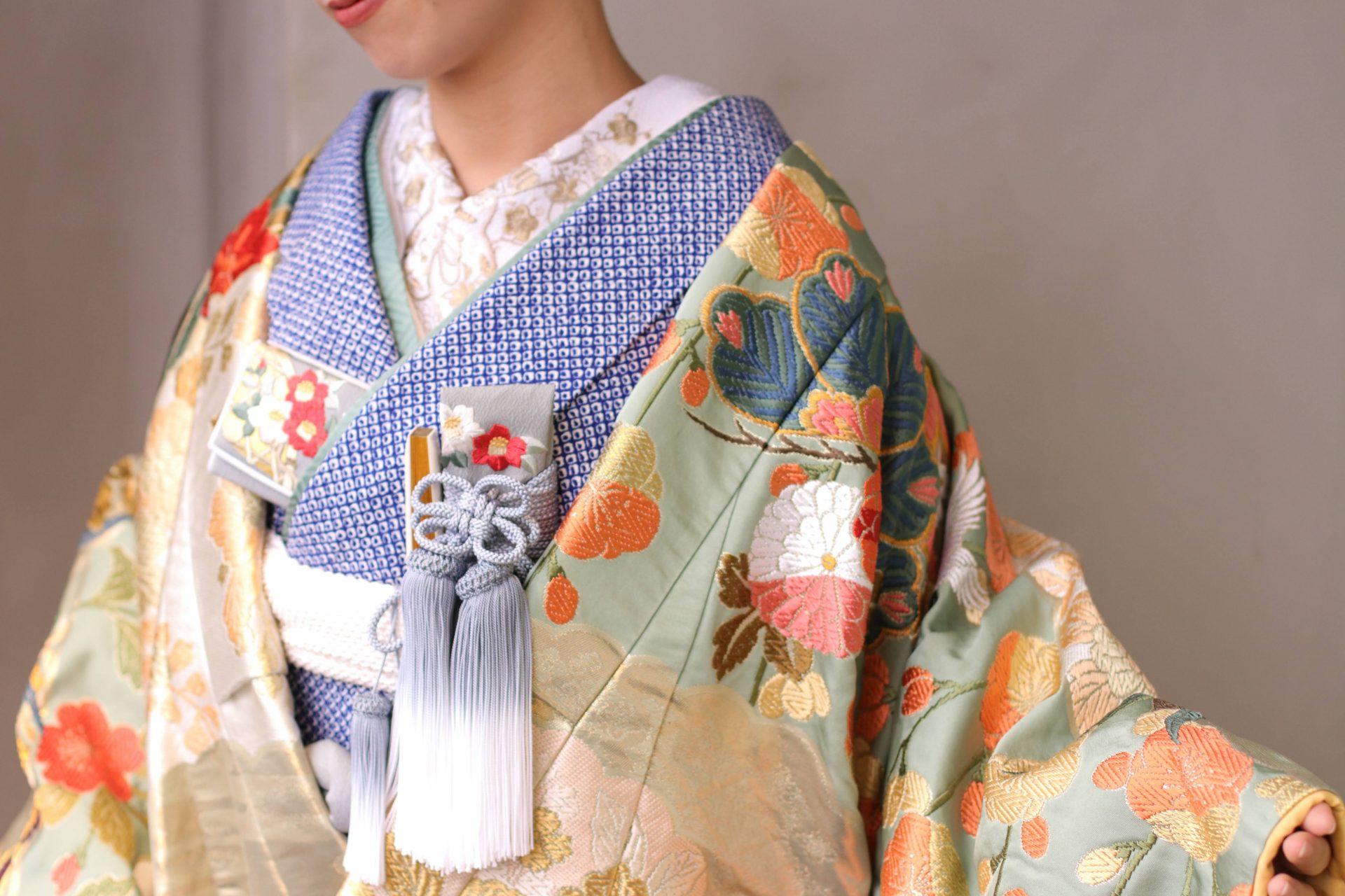 お着物が有名な京都の展示会でザ・トリート・ドレッシングが買い付けた唐織の色打掛は、コーディネートによってナチュラルな印象や古典的な印象に変わるので、ホテルウェディングやレストランウェディングなど幅広いウェディングスタイルにご着用いただけます