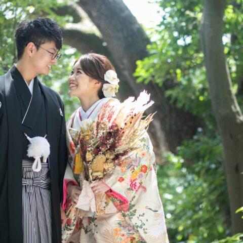 ザ・ガーデンオリエンタル大阪でする桃色の色打掛と黒羽二重の紋付袴でする前撮りの写真