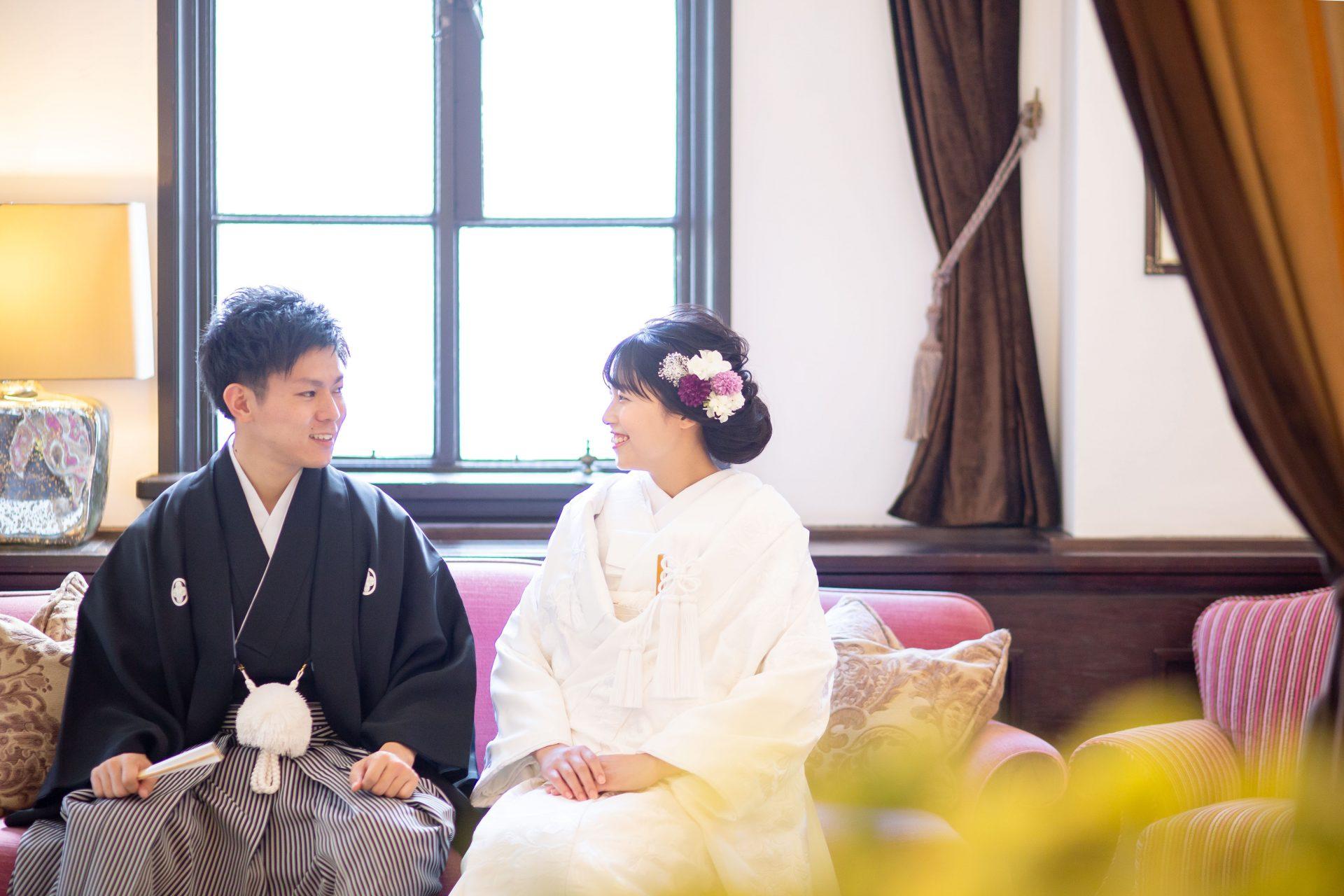 歴史ある洋館のフォーチュンガーデン京都の和装前撮りにて白無垢と紫と白の生花のヘッドパーツを組み合わせたコーディネート