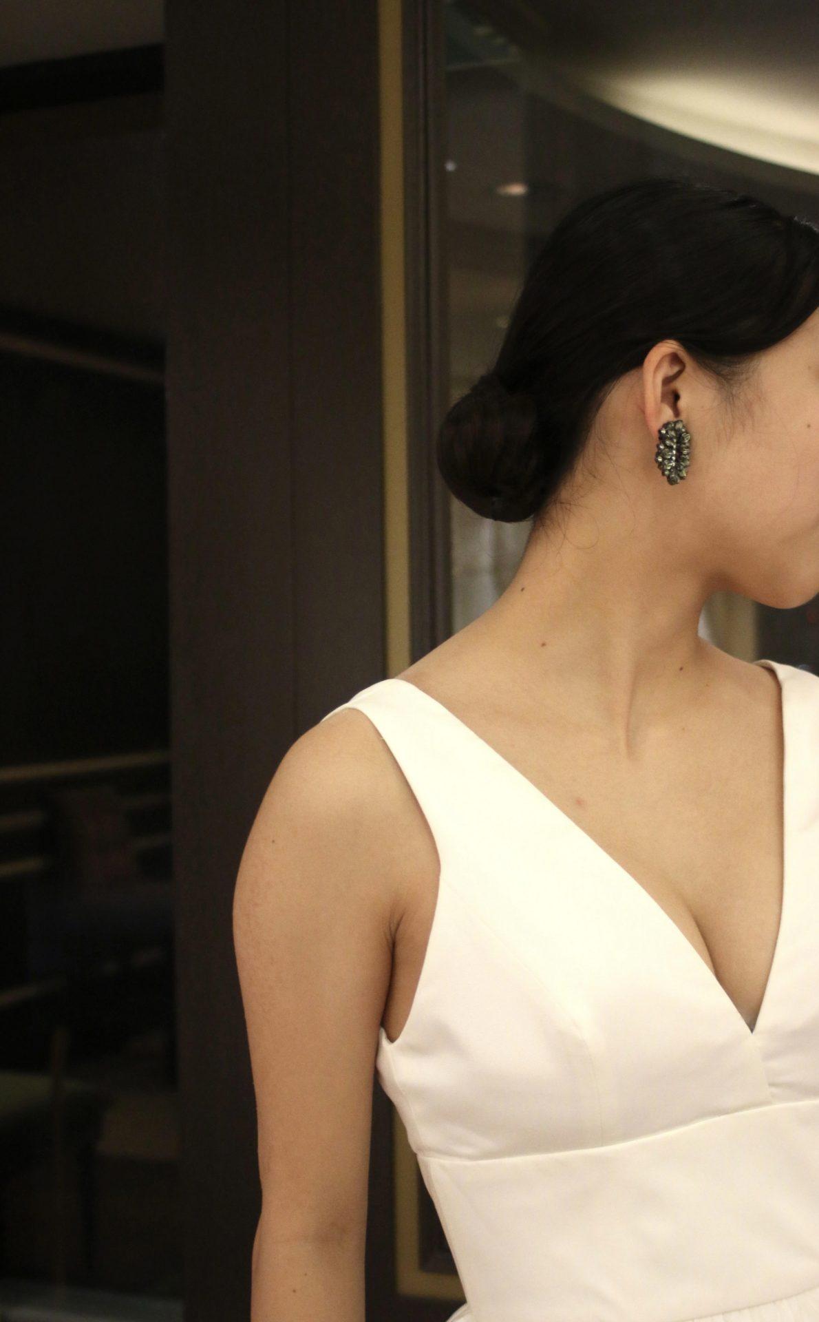 タイトシニョンのウェディングヘアがお似合いなウェディングドレス