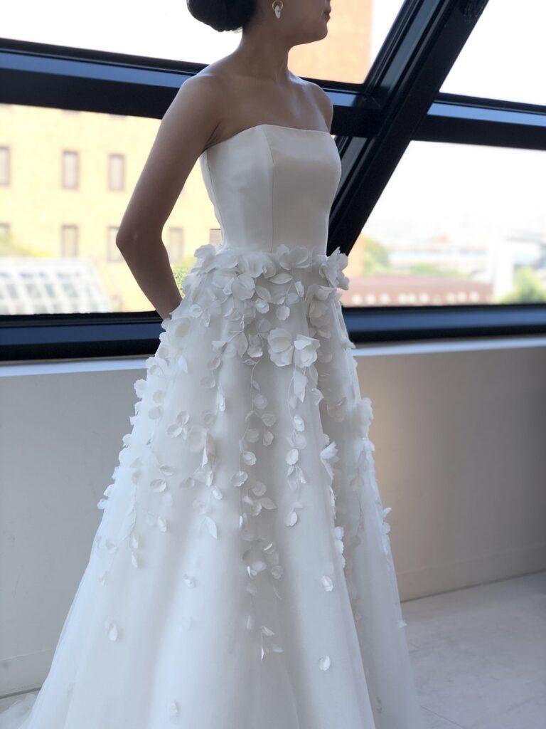 横浜の結婚式場に映えるチュール素材のAラインウェディングドレス