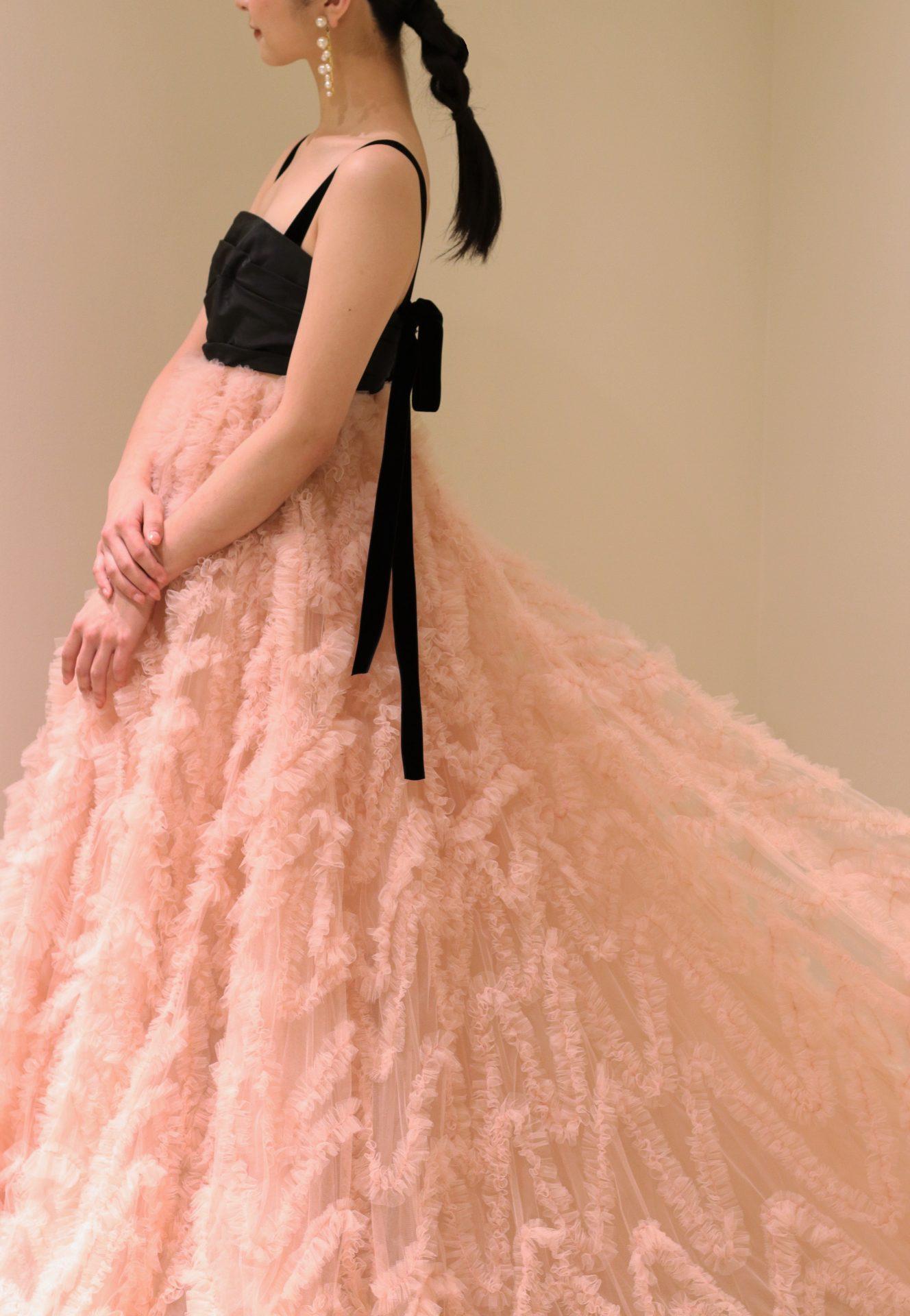THETREATDRESSINGアディション店からご紹介させていただくのは、日本の花嫁様に人気の高いヌーディーピンクとモダンなブラックのバイカラーが美しいカラードレスです