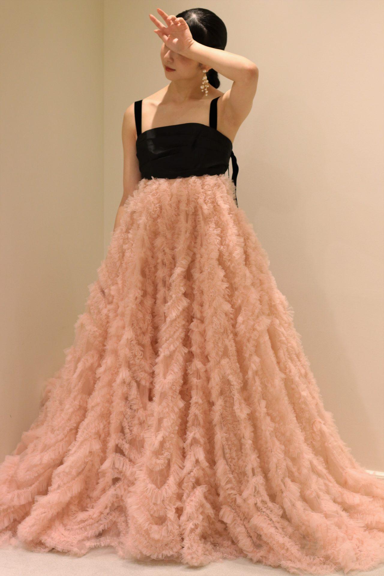 今期トレンドのフリルチュールを贅沢に使用した柔らかい印象のナチュラルなドレスは、赤坂プリンスクラシックハウスでガーデン式やアットホームな式をイメージされている花嫁様におすすめです