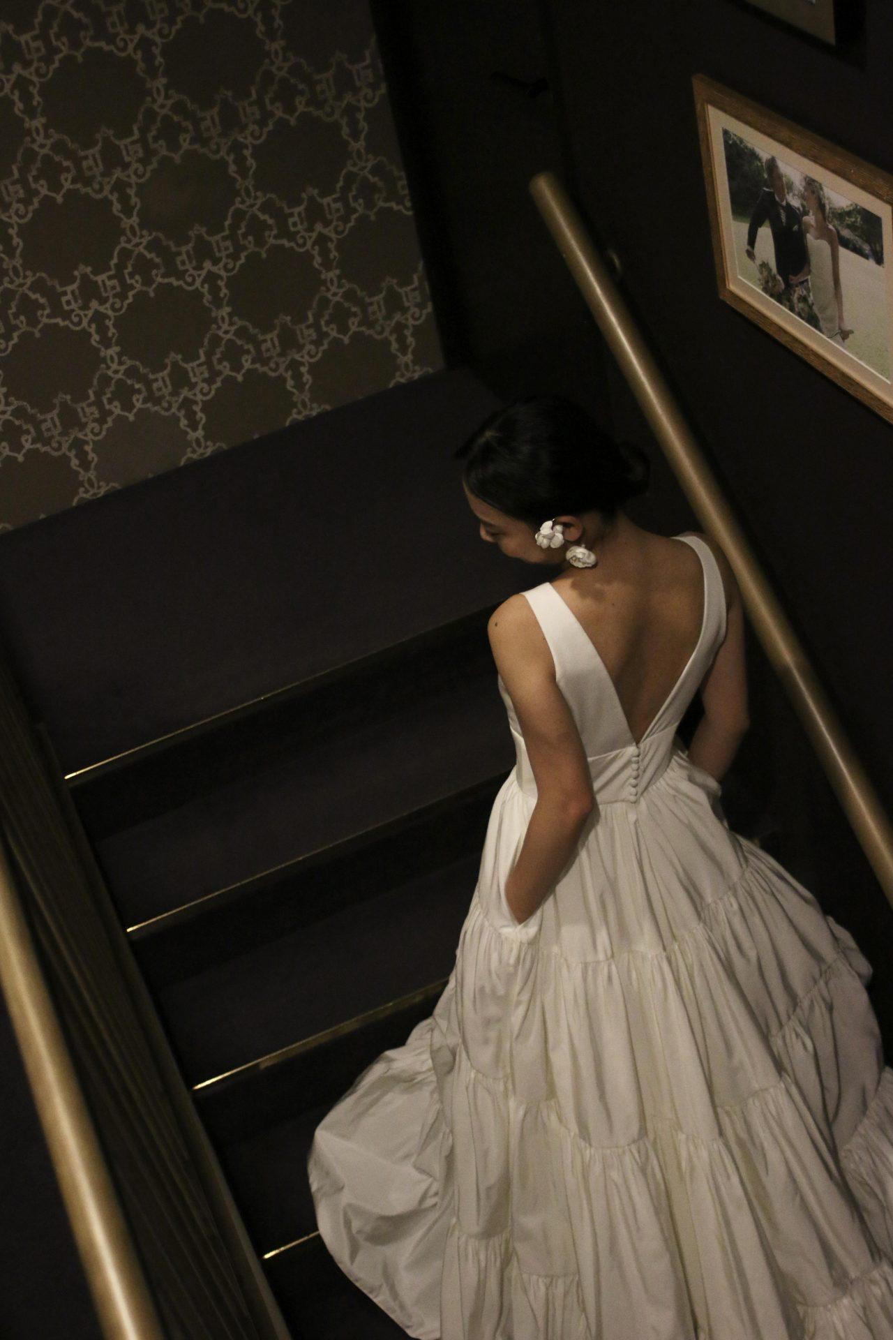 バックスタイルが映えるウェディングドレスでフォトウェディングをお過ごし頂いてみてはいかがでしょうか