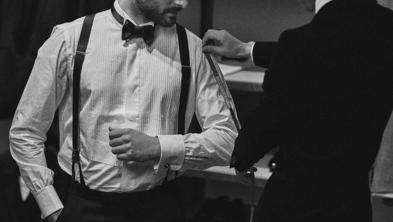 THETREATDRESSING OSAKA店が提携するガーデンオリエンタル大阪など格式の高い結婚式には、ブラックタキシードに白のドレスシャツ、ブラックの蝶ネクタイなどを合わせる正統なフォーマルスタイルが相応しい装いです