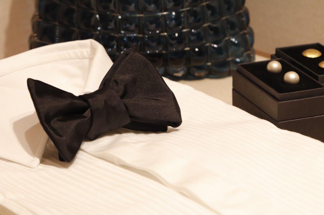 タキシードをお取り扱いする大阪のTHE TREAT DRESSING(ザ・トリートドレッシング)OSAKA店にて、新郎様が織選びになられたタキシードに合わせたドレスシャツや蝶ネクタイなどのアイテムをお選び下さい。