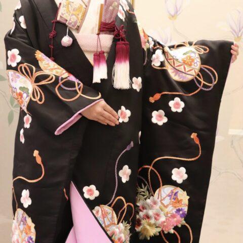 華やかな刺繍や色彩が美しいトリートドレッシング大阪店にある黒色の色打掛のご紹介
