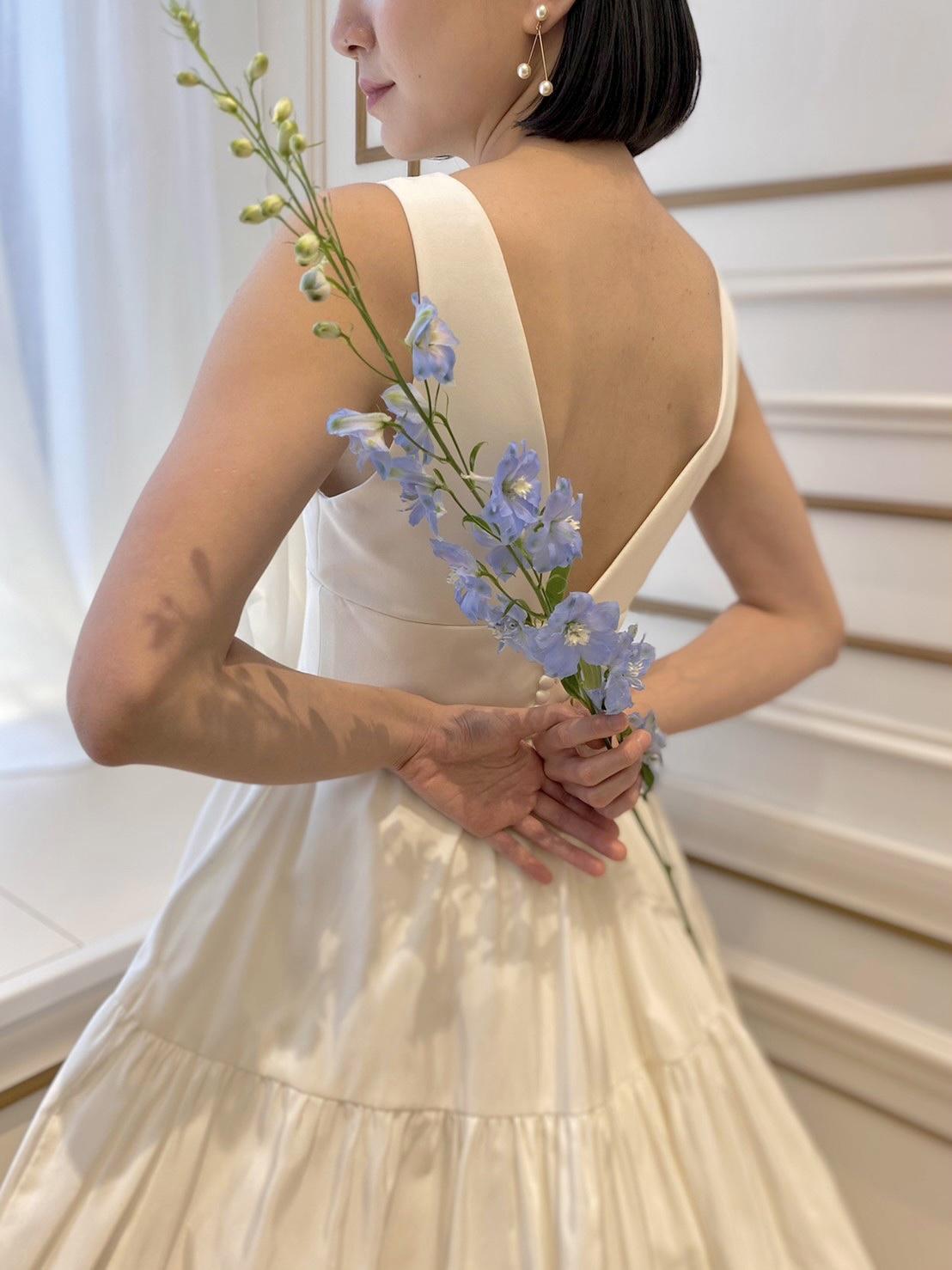 洗練された雰囲気がお好きな花嫁様へTHE TREAT DRESSING名古屋店でおすすめのジェニファー・ベアのイヤリングとレラ・ローズのグローブのコーディネート