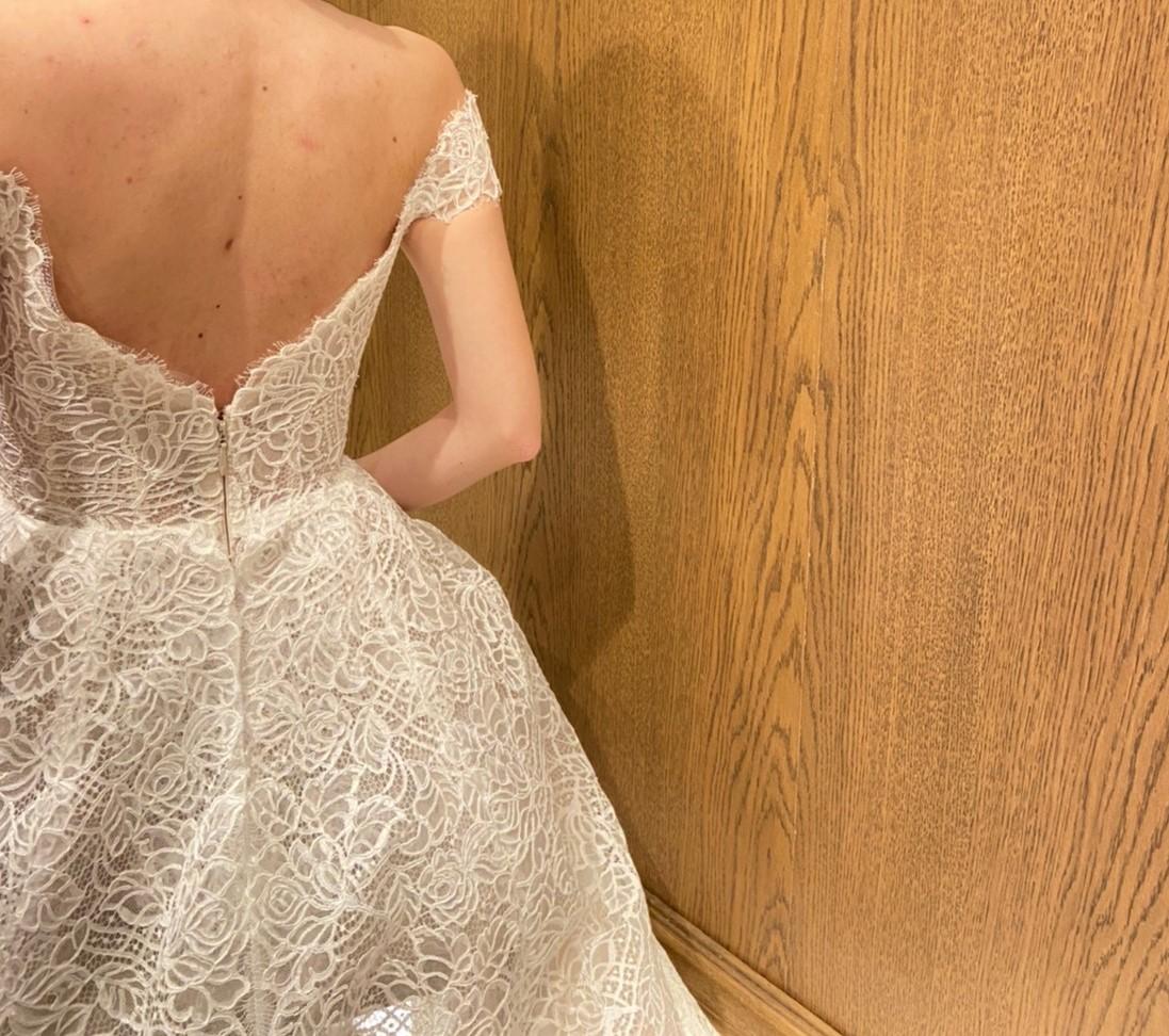 オフショルダーがクラシカルなロイヤルウェディングのようなレンタルウェディングドレスはウィズザスタイルにもぴったりな一着