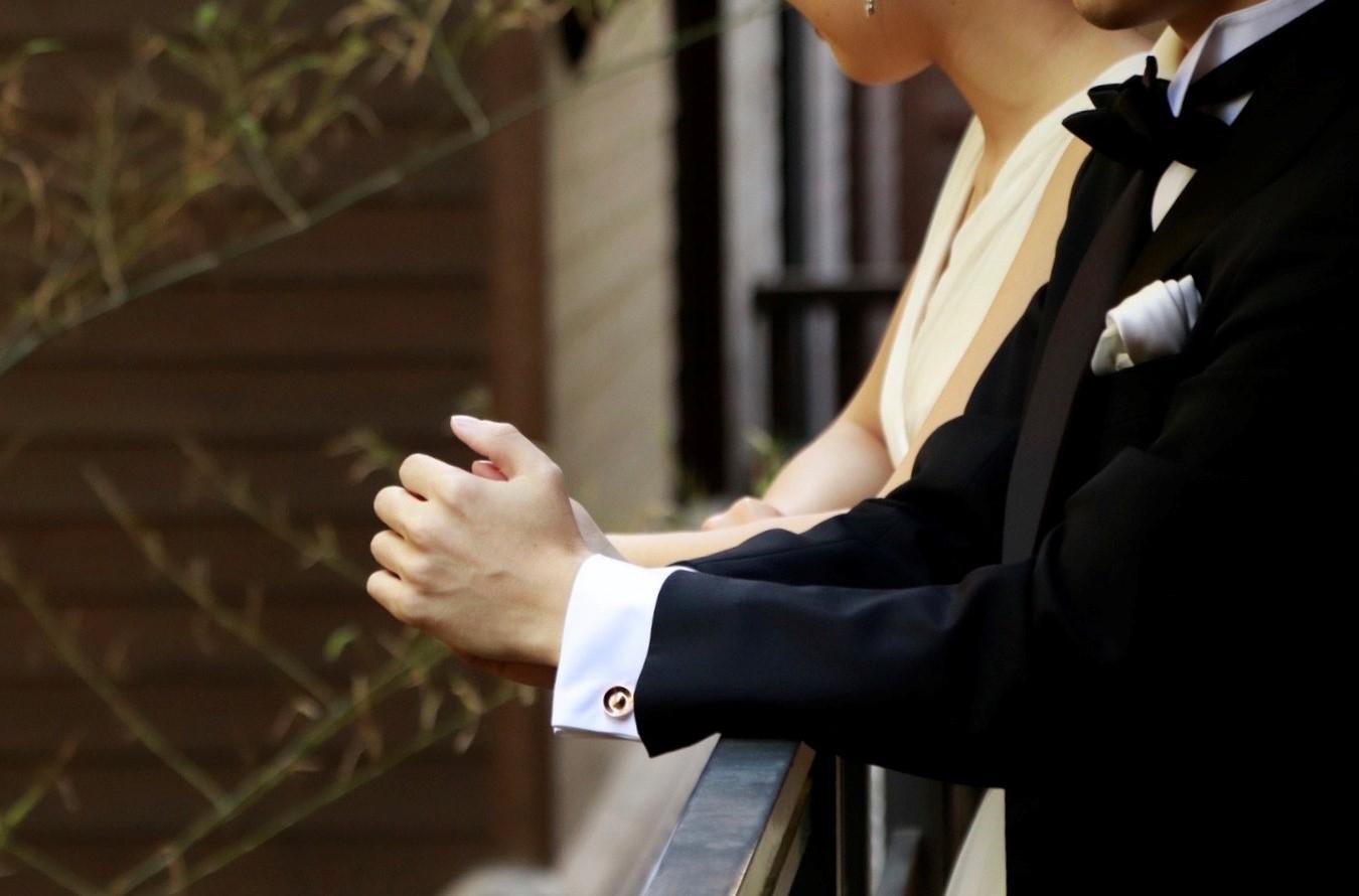 フォーチュンガーデン京都でお式を挙げられる、ご新郎様のブラックのタキシードの袖口から見え隠れする、アリス メイド ディス(Alice Made This)のカフリンクス