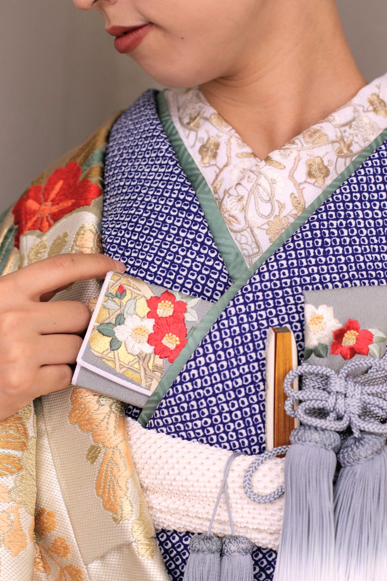 表参道のドレスショップ ザ・トリート・ドレッシングが取り扱う最新の色打掛に、緑の重ね襟や金色の刺繍の半衿、灰色の筥迫・懐剣・末広を合わせたモダンなコーディネートをご紹介しています