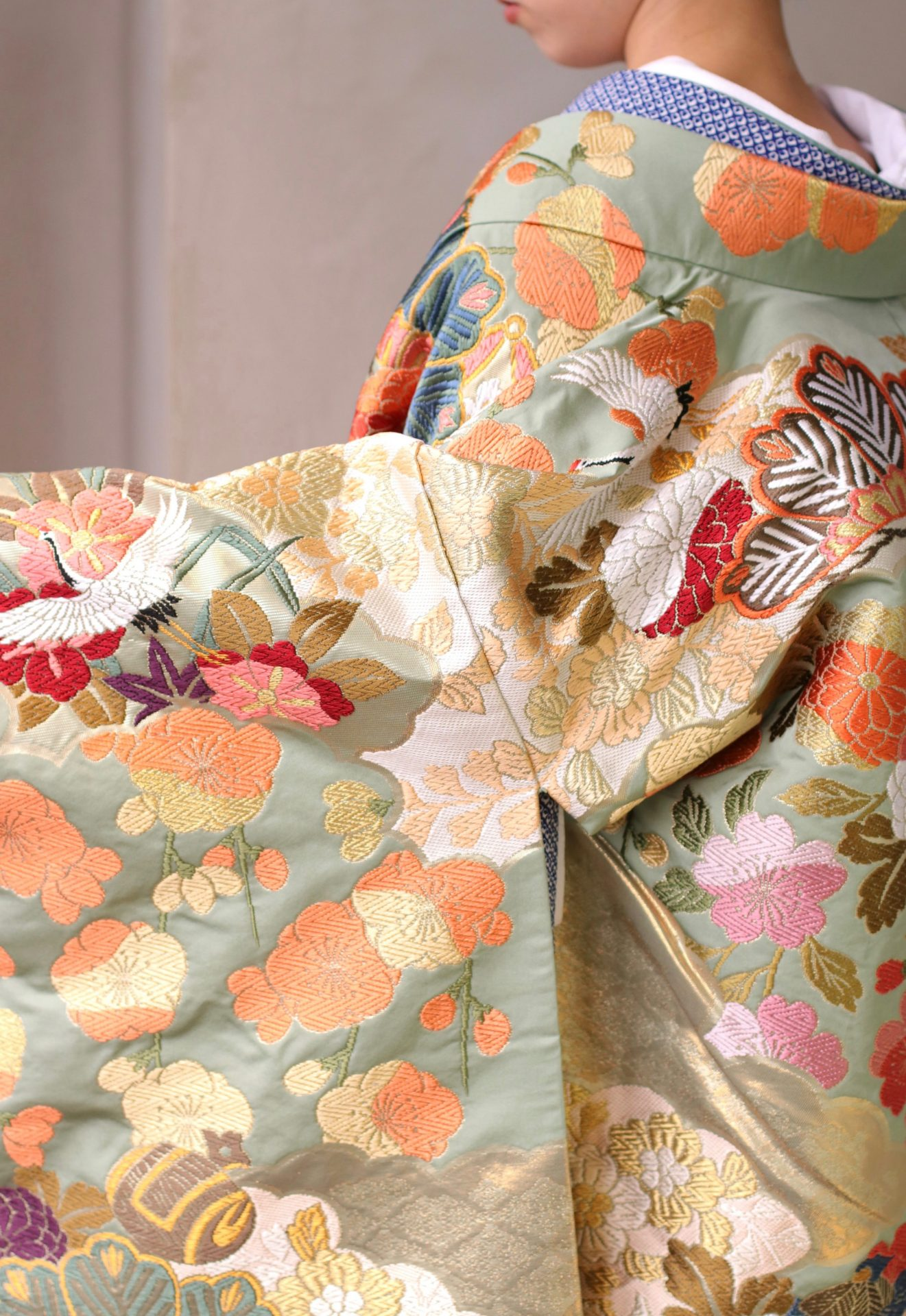 四季折々の花柄やつがい鶴の絵柄が美しい唐織の色打掛は、古典的な印象でありつつも重くなりすぎないため、緑が生い茂る春の結婚式や太陽の日差しが降り注ぐスタジオでの前撮りにおすすめのデザインです