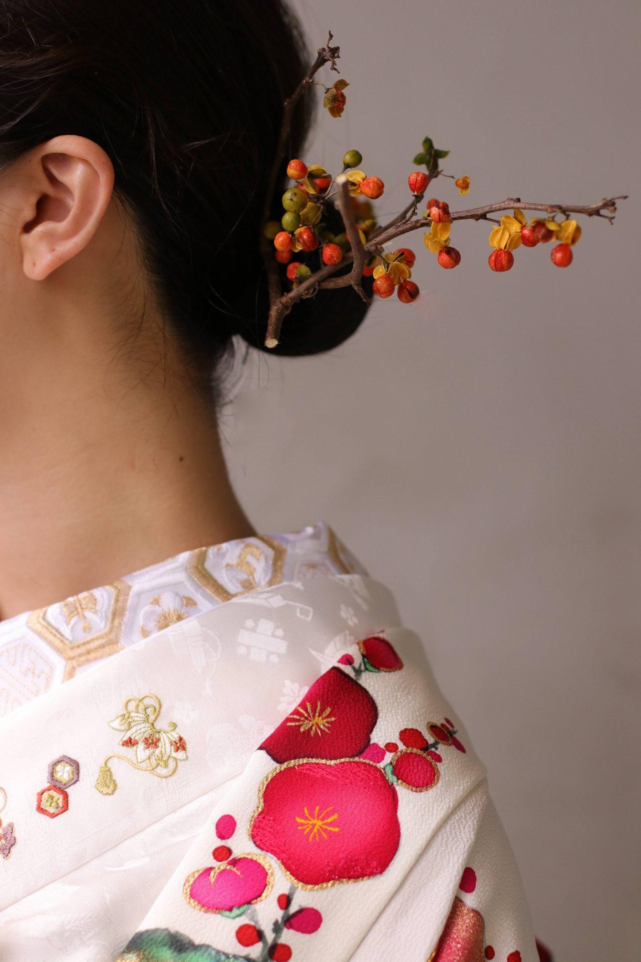 東京の人気ドレスショップ ザ・トリート・ドレッシングがお洒落なご新婦様に提案する和装の髪型は、小粒の木の実が実った枝をかんざしに見立てた和モダンな髪飾りです