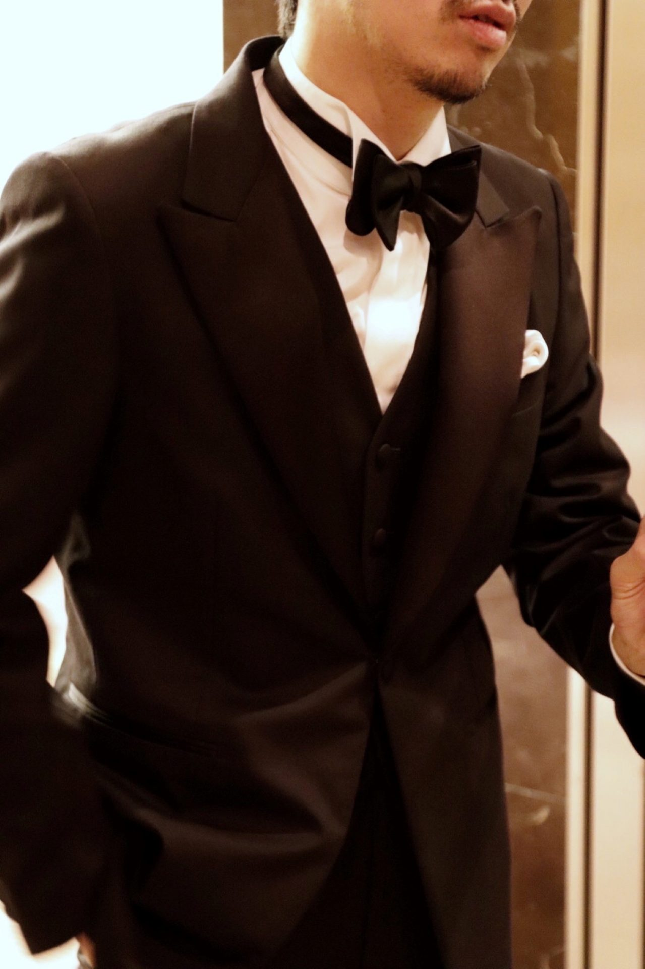 オーダータキシードを取り扱う、神戸のTHE TREAT DRESSING(ザ・トリートドレッシング)KOBE店でお取り扱いするブラックのタキシードは威厳と男性らしさを与えます。