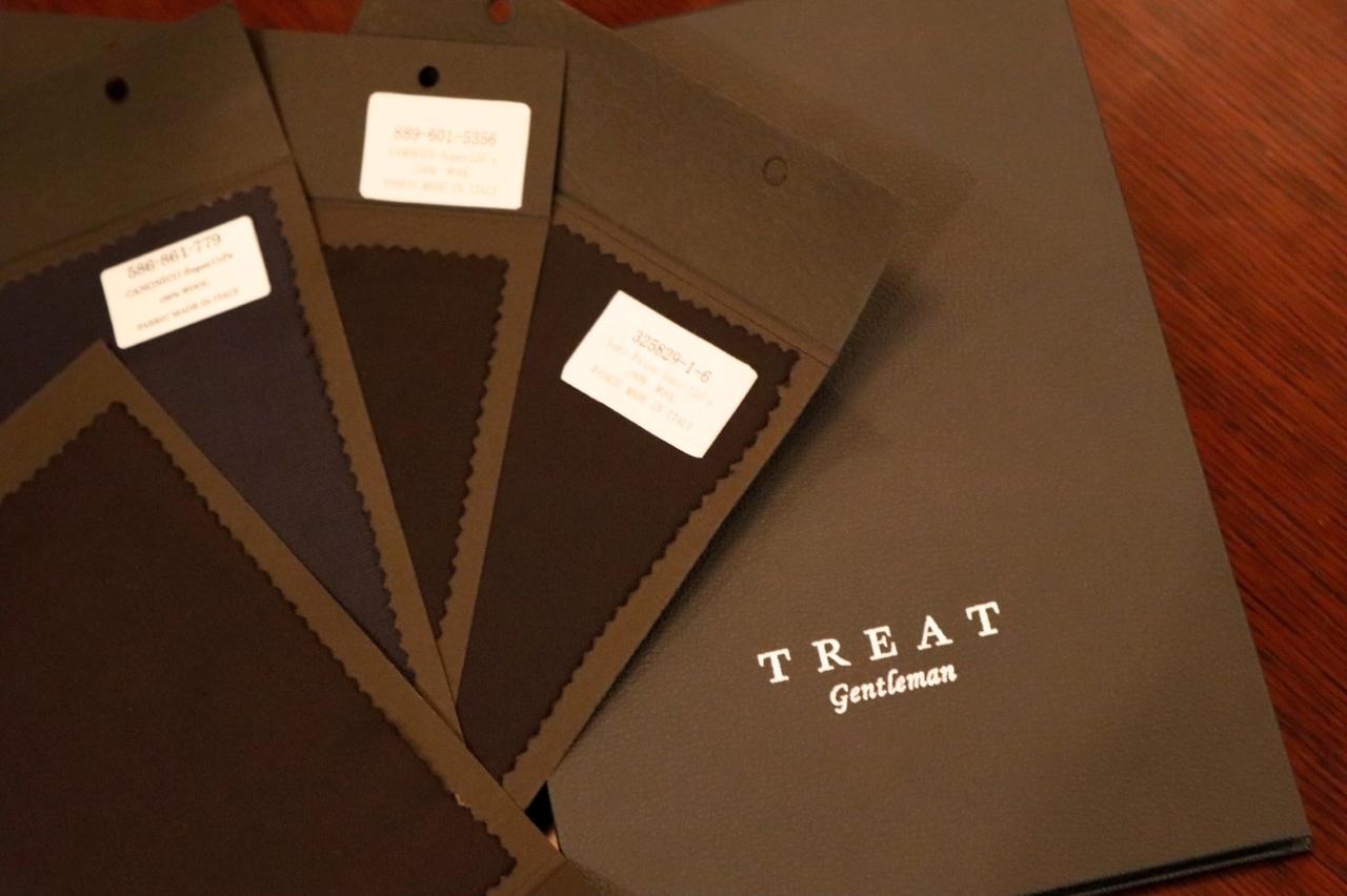 オーダータキシードは生地や襟型など、ご新郎様のお好みに合わせてセレクトいただけます。神戸のTHE TREAT DRESSING(ザ・トリートドレッシング)KOBE店では、ネイビー・ブラックなどの海外のインポートの生地もお取り扱いしております。