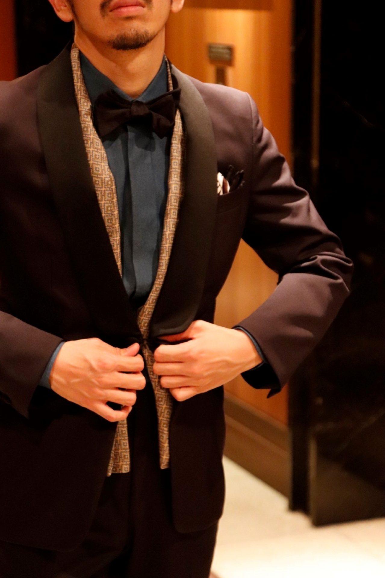 ネイビーのオーダータキシードはモダンな印象を与えると共に、隣に並ぶウェディングドレスを引き立てる事が出来ます。