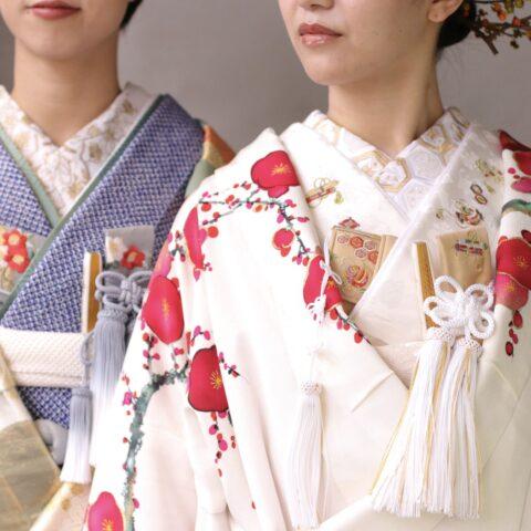 和装の髪型や、色打掛のレンタルをお考えの春婚や冬婚をのプレ花嫁様におすすめしたい白地の色打掛と黄緑色地の色打掛の和モダンなコーディネートのご紹介です。