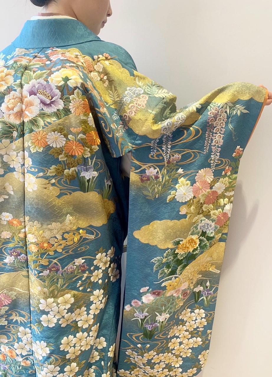 ザ・トリート・ドレッシング京都店にてお取り扱いをしている金箔と柔らかいお花の柄行が美しい青色の色打掛のご紹介