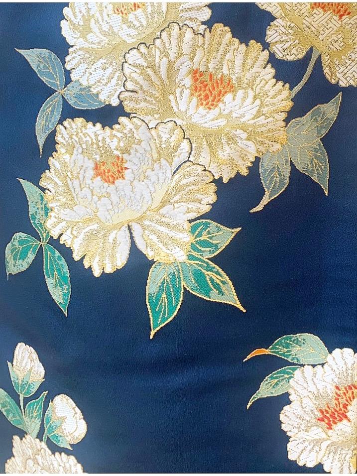 ザ・トリート・ドレッシング京都店にてお取り扱いをしている牡丹の刺繍が施された紺色の上品でモダンな色打掛のご紹介