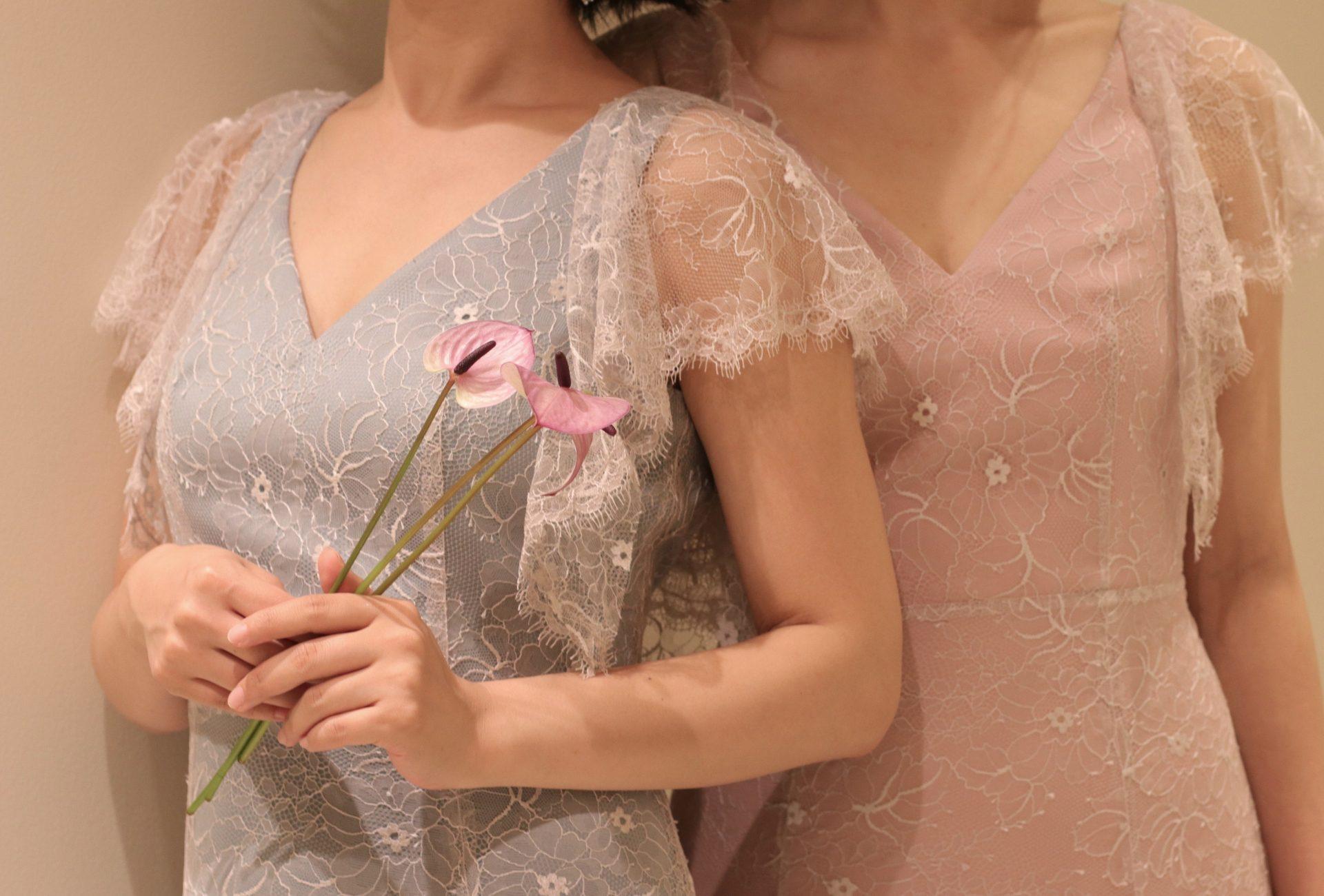THETREATDRESSINGアディション店がおすすめする新作カラードレスは、Vネックの胸元やレースの袖がデコルテや二の腕をすっきりと美しく魅せ、スタイル良くお召し頂くことの出来るデザインです