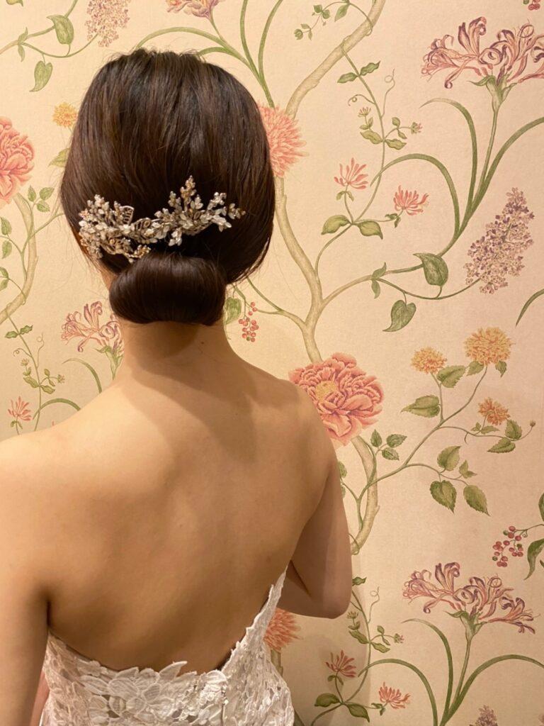 ザ・ルイガンズのリゾート感溢れるガーデン挙式にぴったりな、マリアエレナのリーフモチーフのヘッドアクセサリー