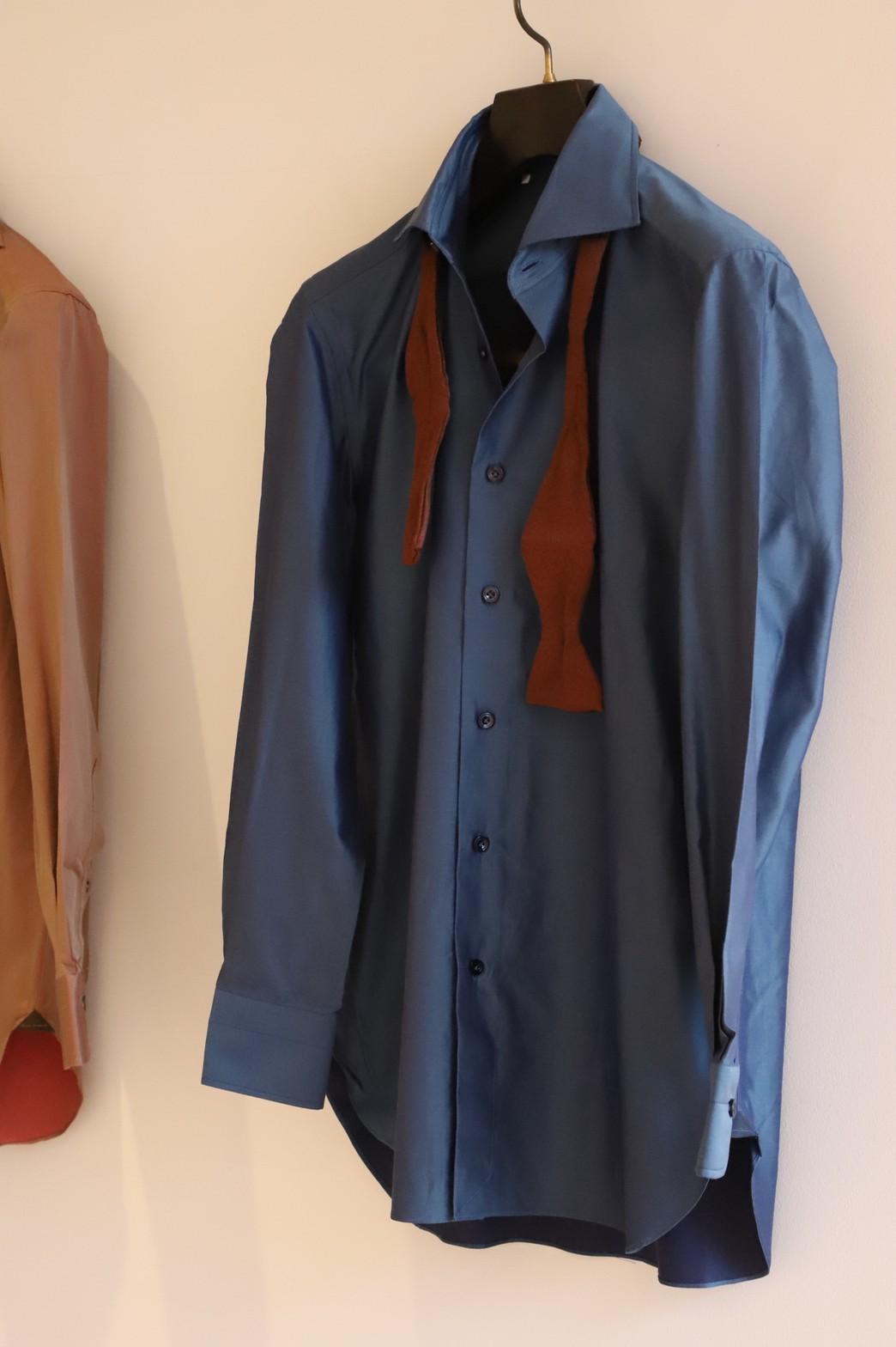 THE TREAT DRESSING京都店がご紹介するご新郎様におすすめのネイビーのシャツです。