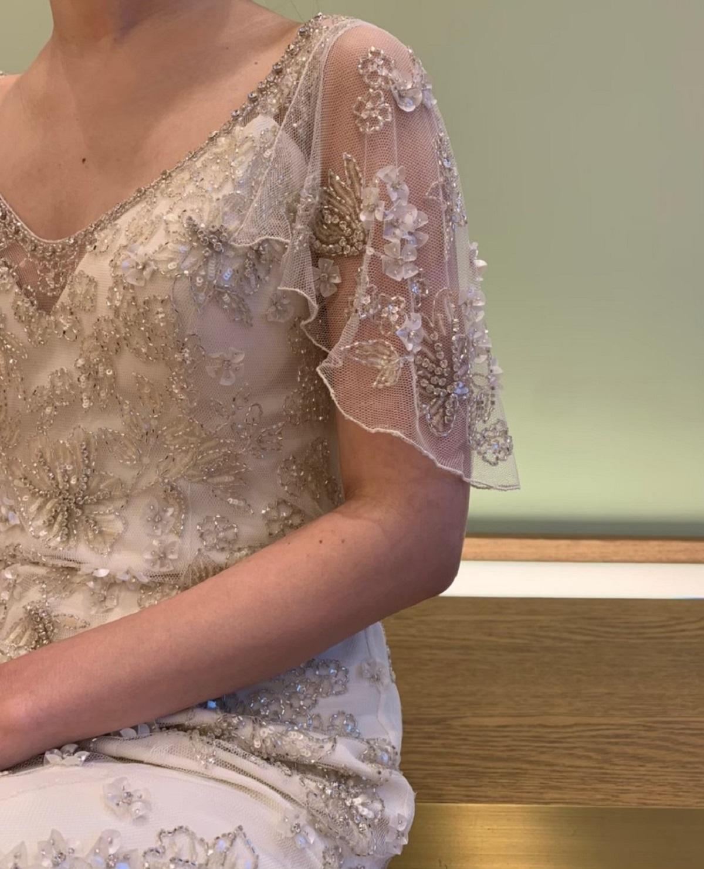 ナイトウエディングにぴったりな華やかなスレンダーラインのウエディングドレス