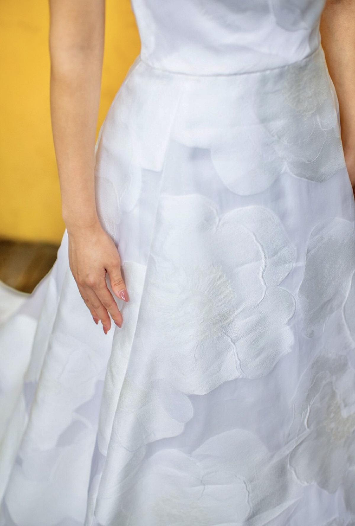 ザ・トリートドレッシング福岡店でお取り扱いのあるレラ・ローズのドレスはシルクに浮かぶフラワーモチーフが素敵なウエディングドレス