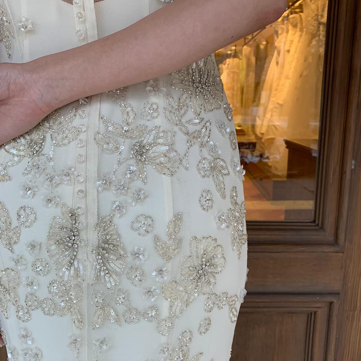 なめらかな生地にビーディングが煌めくスレンダーのAラインのウエディングドレスは、ウィズザスタイルでのラグジュアリーな結婚式に人気