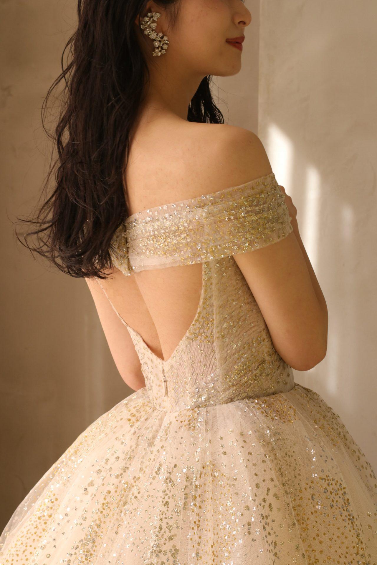 各国のセレブ御用達のブランド、モニーク・ルイリエのカラードレスは背中が大きく空いたバックコンシャスなデザインで後ろ姿の抜け感がおしゃれな花嫁様を引き立てる、ザ・トリート・ドレッシング アディション店のおすすめの1着です