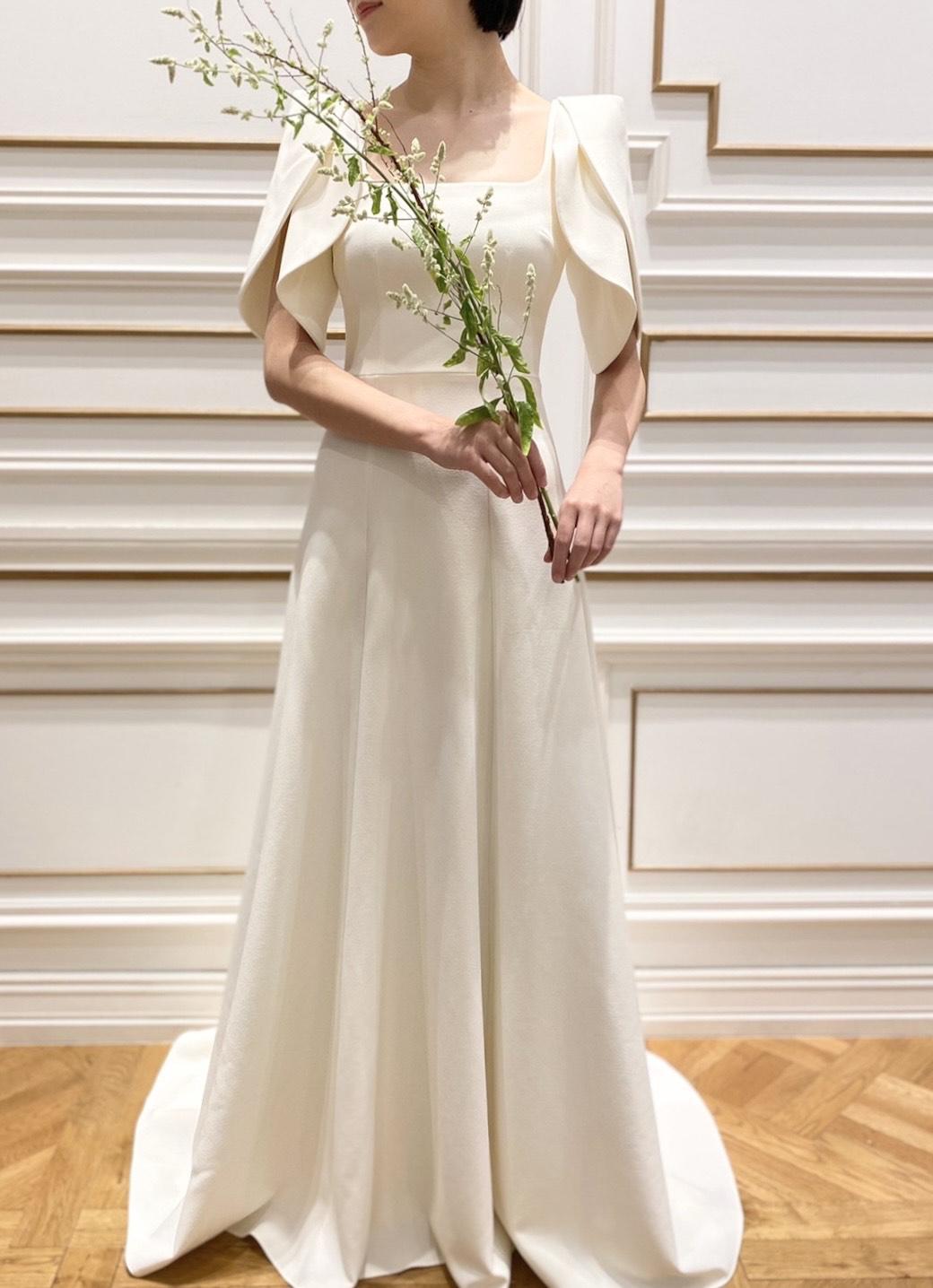 クレープ素材が美しいシンプルなAラインウェディングドレス