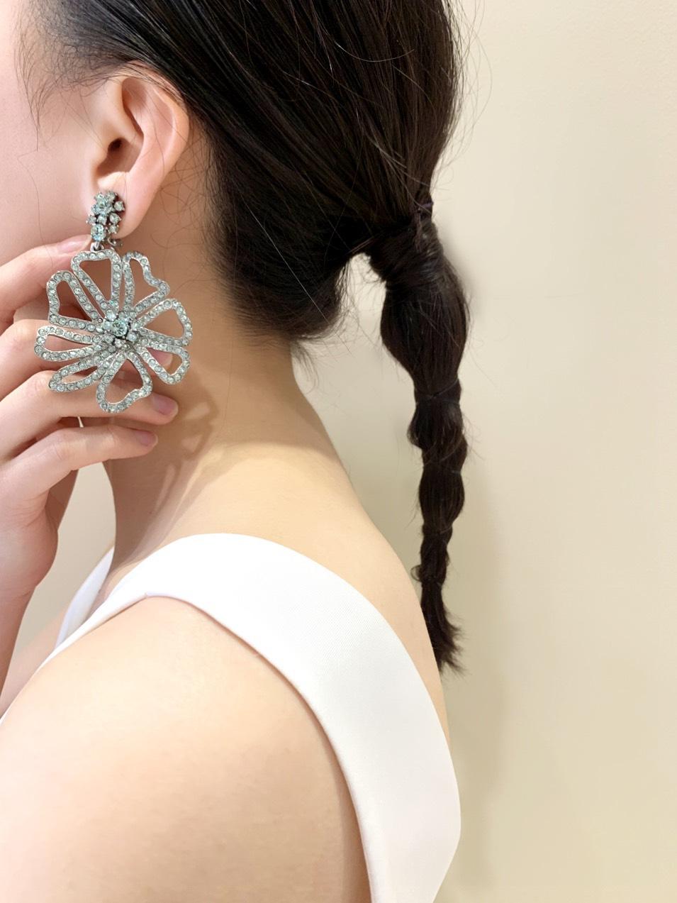 THE TREAT DRESSING(ザ・トリート・ドレッシング)京都店にてお取り扱いしているOscar de la Renta(オスカー・デ・ラ・レンタ)のスワロフスキーがあしらわれたフラワーモチーフのイヤリングとタフタ素材のシンプルなウエディングのお洒落なウエディングスタイル