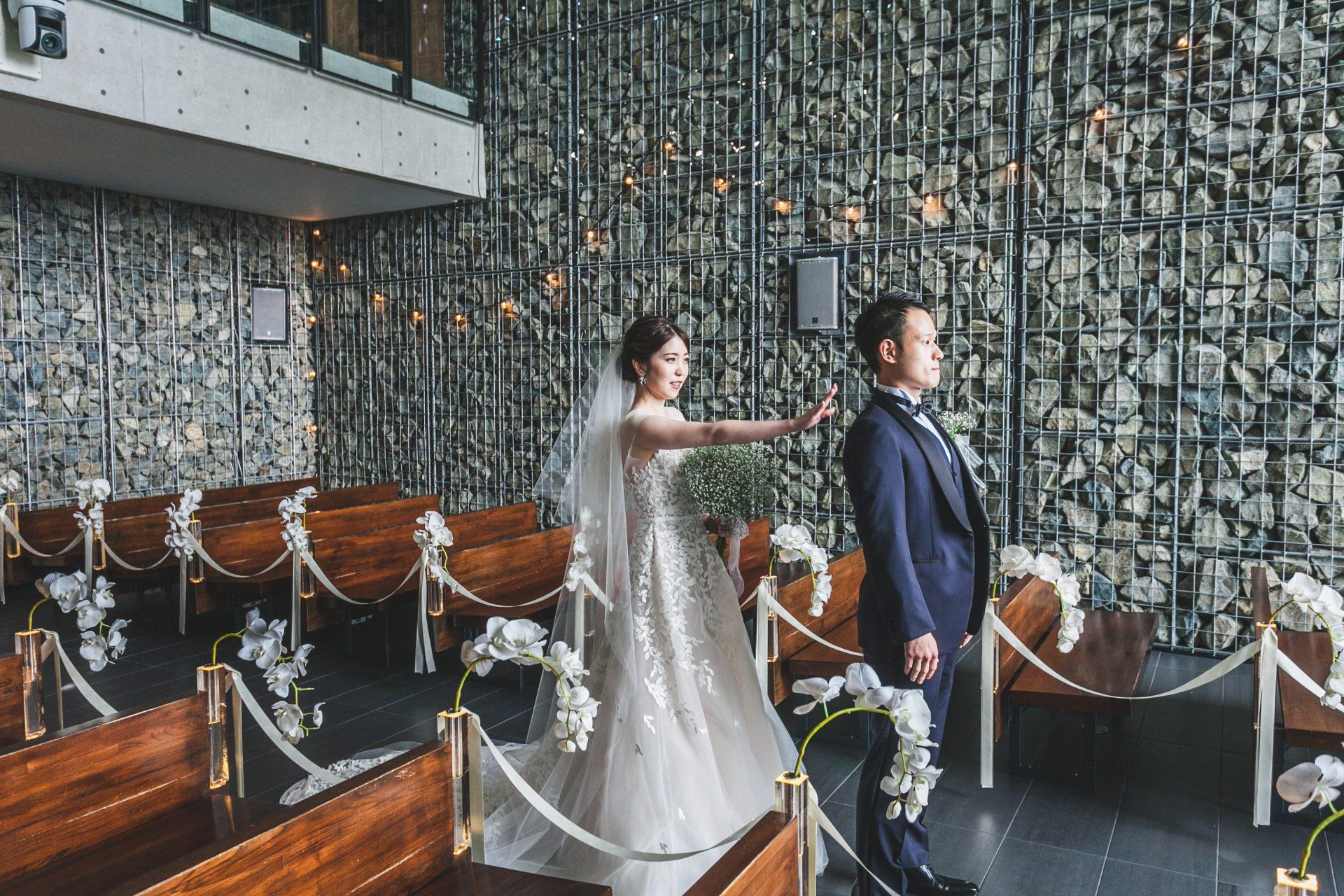 THE TREAT DRESSING神戸店がおすすめするミラズウィリンガーのウェディングドレスとミッドナイトブルーのタキシードをお召しになり北野クラブソラで前撮りをされた新郎新婦様のご紹介