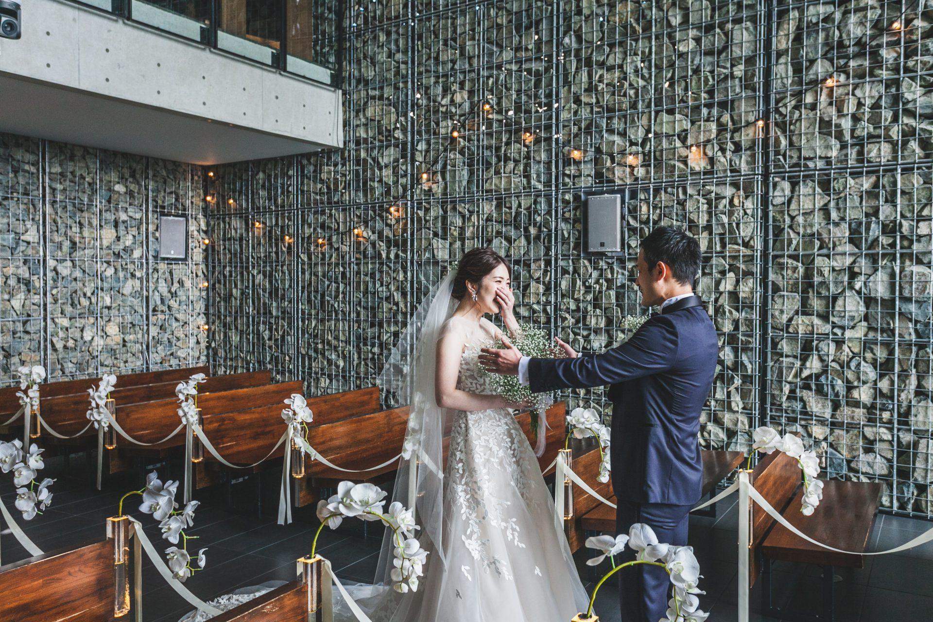 THE TREAT DRESSING神戸店にお取り扱いのあるミラズウィリンガーのリーフの刺繍が美しいウェディングドレスとトリートジェントルマンのミッドナイトブルーのタキシードを身に纏いファーストミートをされたお二人のご紹介