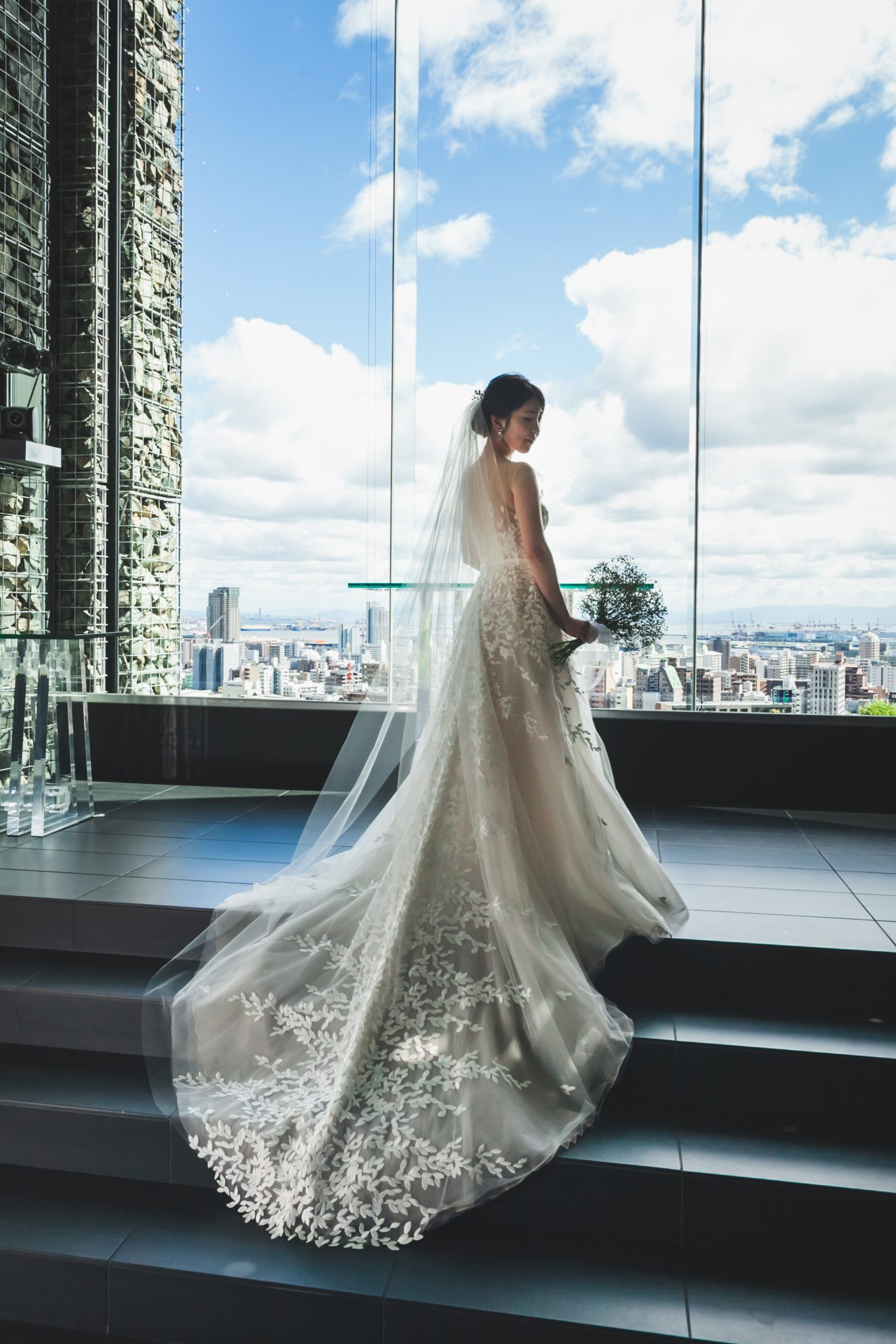 ザトリートドレッシング神戸店にお取り扱いのあるロングトレーンにリーフの刺繍が施された華やかなミラズウィリンガーのウェディングドレスで前撮りをされた新婦様のご紹介