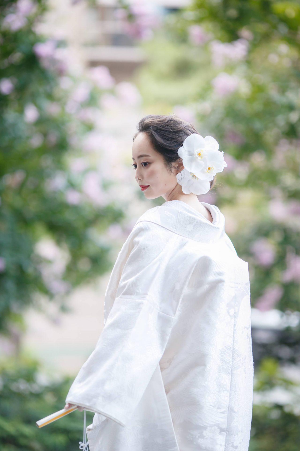 赤坂プリンスクラシックハウスで8月の結婚式でお召しになられたのは、専属ドレスショップ ザ・トリート・ドレッシングアディション店でお選びになられた美しい白無垢で、ヘッドアクセサリーには大ぶりな白の胡蝶蘭の生花でコーディネートしました