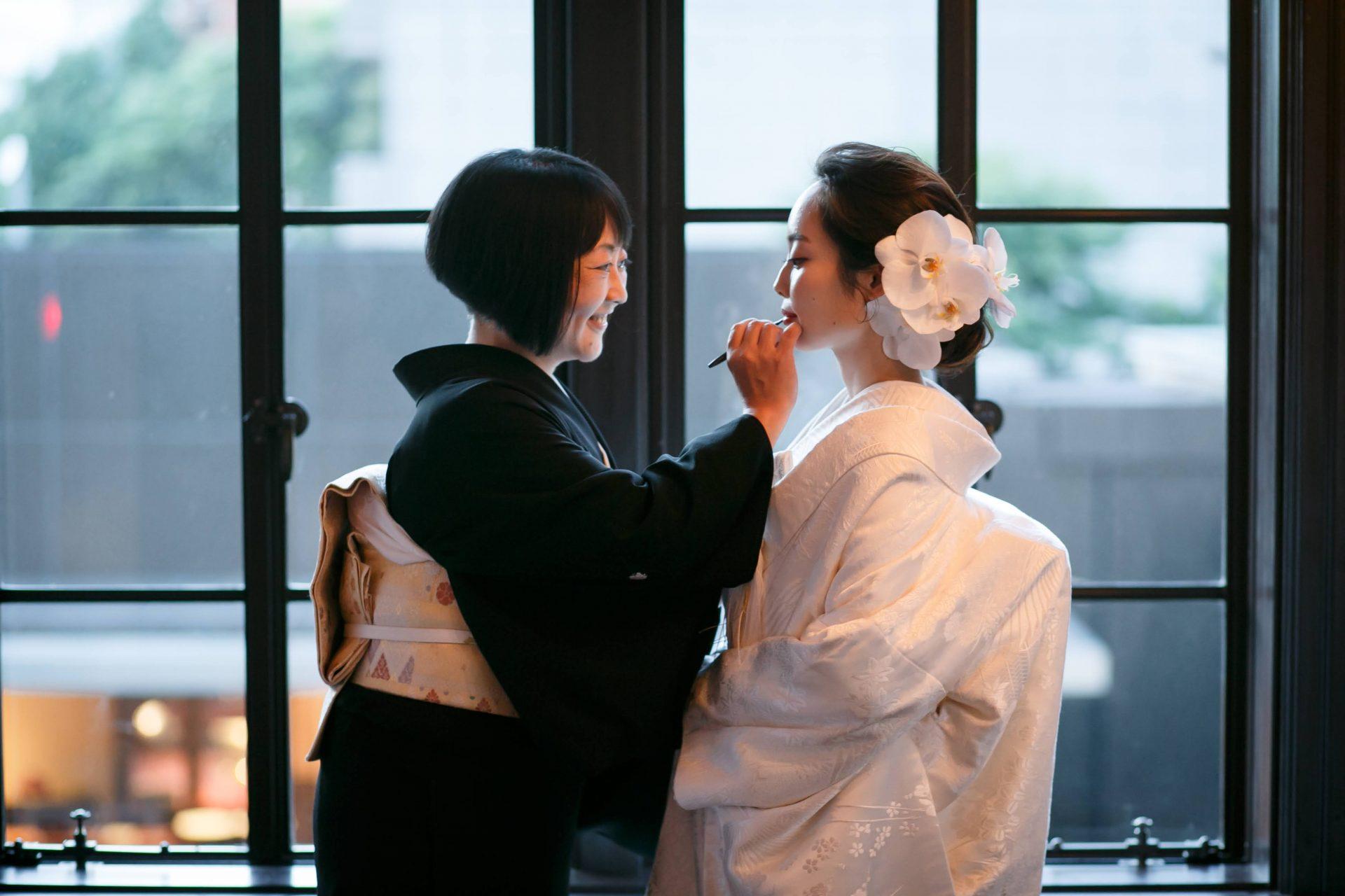 赤坂プリンスクラシックハウスで親族のみの少人数で行った結婚式は白無垢での和装人前式で、挙式前に行った紅差しの儀は母と娘の大切な時間となりました