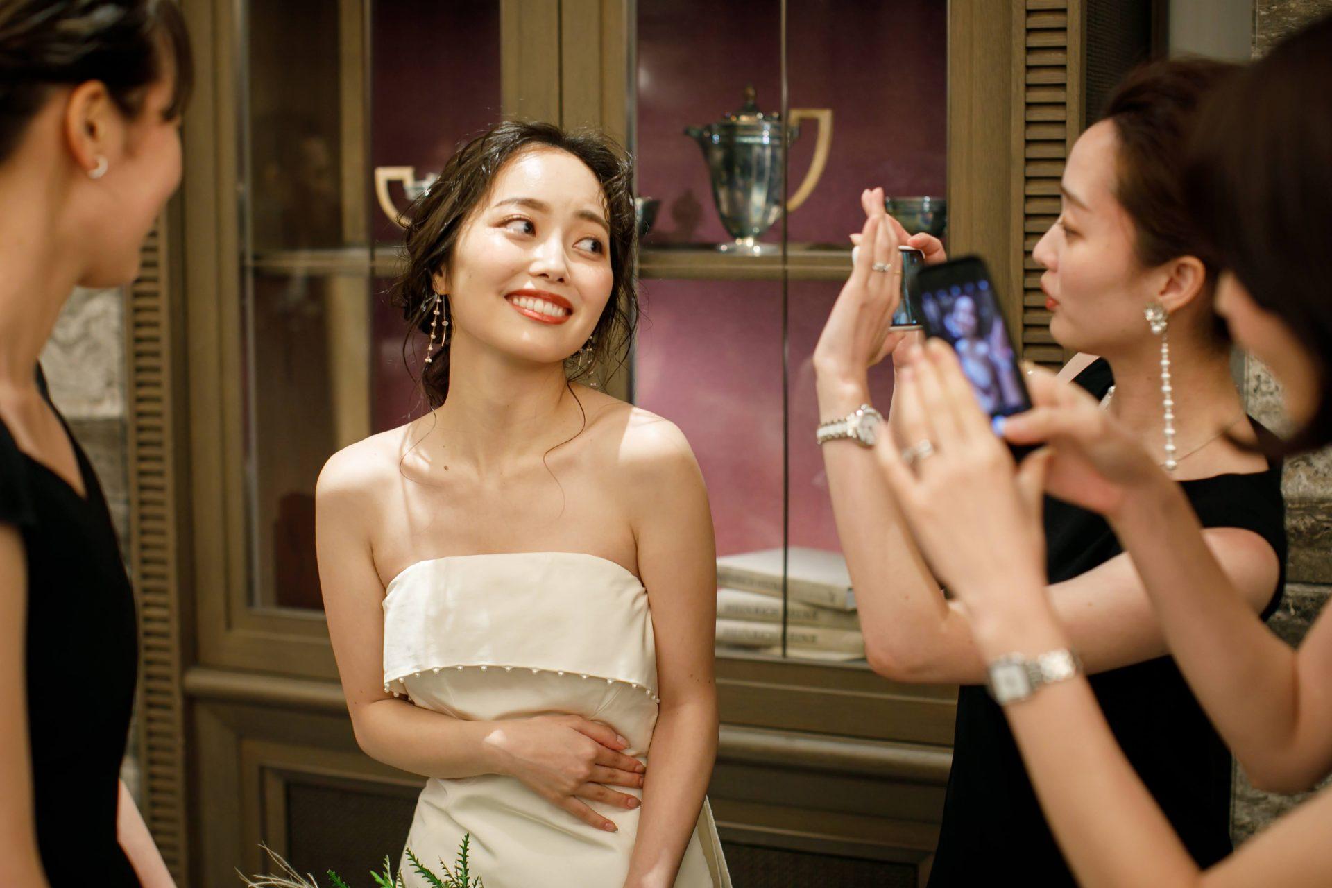 インポートブランドのウェディングドレスをセレクトする東京・表参道のドレスショップ ザ・トリート・ドレッシングのドレスをお召しになられたご新婦様は、結婚式当日沢山の女性ゲストにウェディングドレスを褒められていました