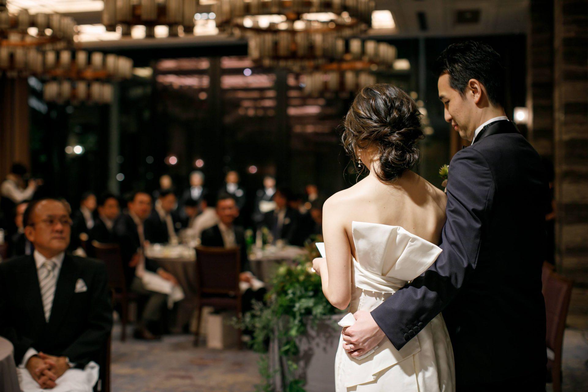 沢山のゲストに見守られたあたたかい結婚式を行ったご新婦様がお召しになられたのは、バックスタイルの縦リボンのデザインが特徴のレラ・ローズというニューヨークのブランドのウェディングドレスで、東京表参道にあるざ・トリート・ドレッシングにて取り扱いがございます